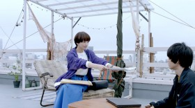屋上での撮影では小松の原稿が風で待ってしまうというハプニングも…