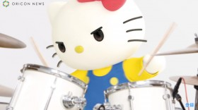 ドラムに挑戦するキティ (C)'76, '18 SANRIO 著作 (株)サンリオ