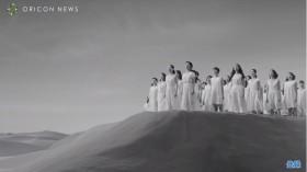 多くの女性を導き「ナチュラル・ウーマン」を歌う