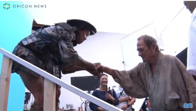 メイキング映像では共演したタカアンドトシと挨拶を交わすトミー・リー・ジョーンズ