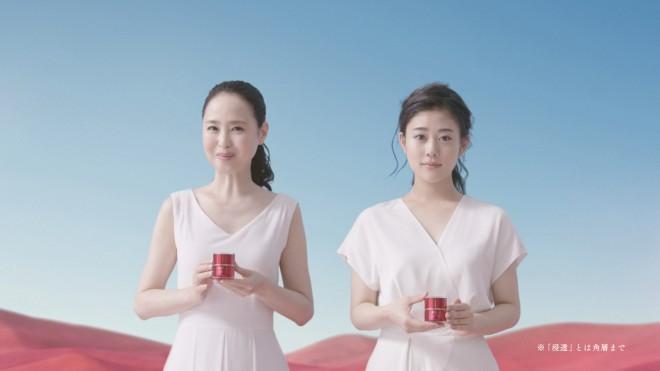 真っ白な衣装にみを包んだ松田聖子と高畑充希