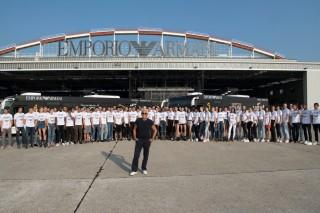 リテーナ空港の格納庫前に立つジョルジオ・アルマーニ