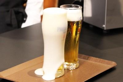 ふたつのビールをマドラーでかき混ぜると、サントリー流のグラスからは、炭酸が吹き出し泡がこぼれ落ちた。(左グラス)