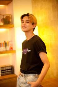 バトシン…モデル、俳優、音楽グループXOXのメンバー。趣味はマジック。ギター・ダンスが得意。