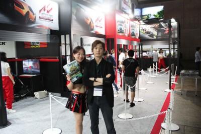 オーイズミ・アミュージオのセールスプロデューサー・佐藤人氏(写真右)