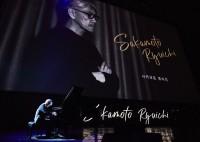 坂本龍一、『第23回釜山国際映画祭』OPセレモニーでピアノ独奏 朝鮮半島の平和を祈る「戦メリ」演奏