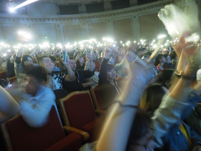 コンサートでは、感動で涙ぐみながら発光させたスマホをふる中国聴衆の姿が