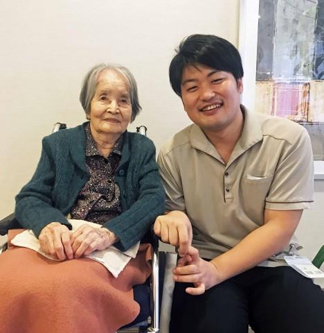 (左から)日野きみ子さんと介護士の板倉大輔さん
