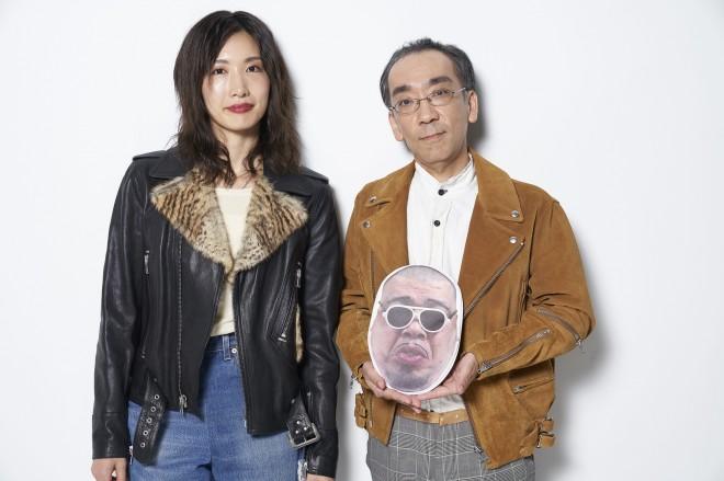 中嶋イッキュウ、新垣隆(手に持っているのはくっきーの顔がプリントされたポーチ)