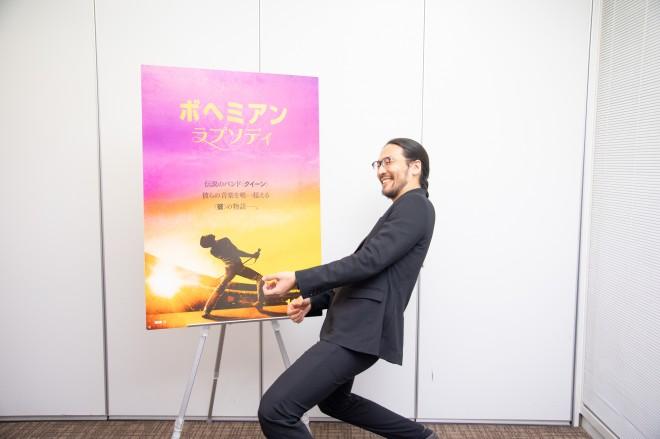 劇中のフレディのポーズを真似る横山氏