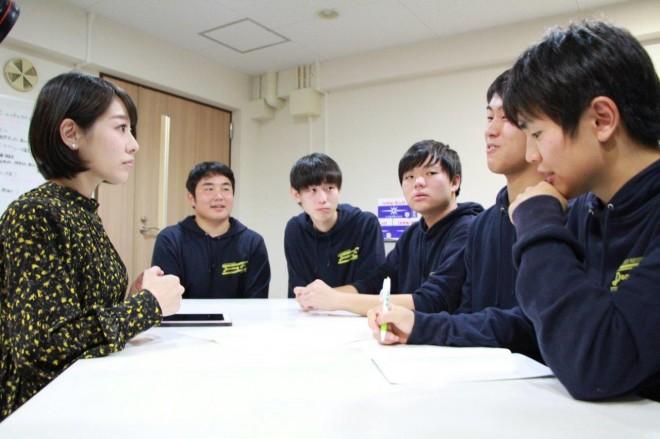 川瀬さんのアドバイスに聞き入る学生たち。
