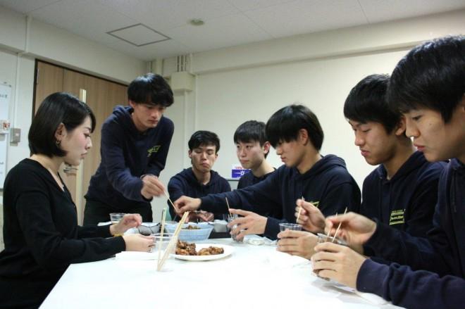"""河瀬さんから、メニュー作りの""""ヒント""""を聞く学生たち"""