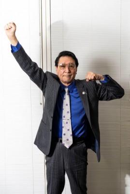 """変身ポーズも""""あの頃のまま""""古谷敏氏 撮影:若狭健太郎"""