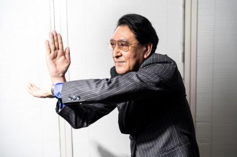 当時、古谷氏が毎日数百回練習したという「スペシウム光線」のポーズ 撮影:若狭健太郎