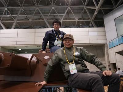 すべてが手作りという1/1の戦車の制作者、「わくわくメイカー」の紺野徹也さん(左)とはにぽちさん(右)