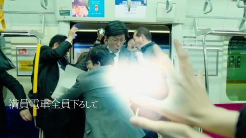 満員電車から乗客を降ろすシーン