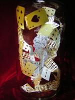 """瓶の中で舞うトランプ、蝶…華麗な""""切り絵ボトルアート""""にSNSで称賛の声"""