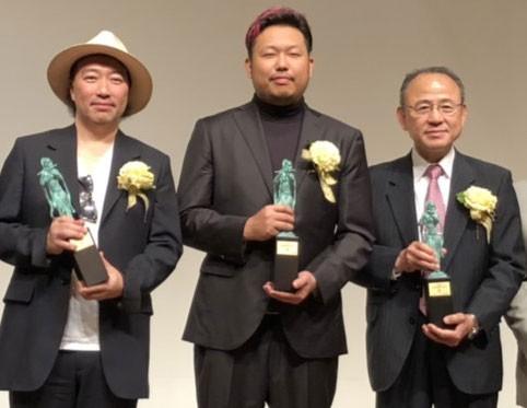 『2019年 JASRAC賞』金賞は安室奈美恵さんの「Hero」。同曲の作詞・作曲を手がけた(左から)今井了介氏、SUNNY BOY氏と、音楽出版者の NHK出版 代表取締役社長の森永公紀氏