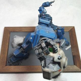 作品:『機動戦士ガンダム外伝 ザ・ブルー・ディスティニー』の主役機、ブルーディスティニー1号機が暴走し友軍のジムの頭部を引きちぎったシーンを再現 制作:いべまに