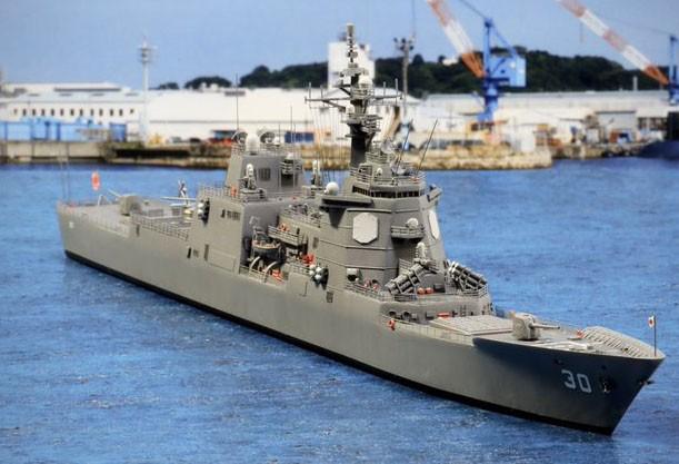制作:実写背景と合成した新造の架空艦・原子力イージス艦「蔵王」/作品:青眼鏡