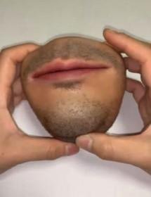 """25万いいね!の「人肉小銭入れ」モデルは自分の歯型、""""グロ注意小物""""を作る理由"""