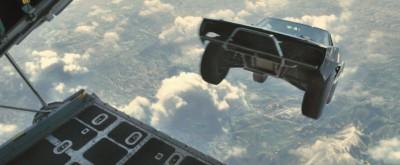 """『SKY MISSION』の""""空飛ぶクルマ""""は、本当に飛行機からクルマを落としていた(C)Universal Pictures"""