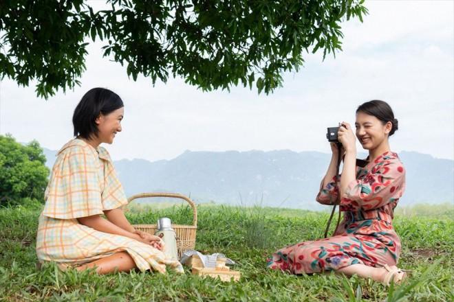 特集ドラマ『マンゴーの樹の下で』戦時中の綾(山口まゆ)と凛子(清原果耶)(C)NHK