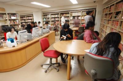 「米沢嘉博記念図書館」閲覧室