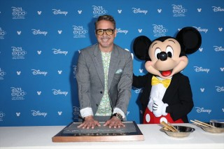 ロバート・ダウニー・Jr.とミッキーマウス(C)2019 Getty Images