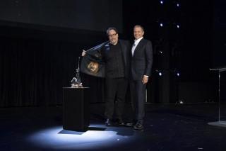 ジョン・ファヴローとウォルト・ディズニー・カンパニーの会長兼CEOボブ・アイガー(C)2019 Getty Images