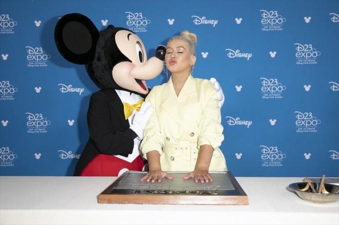 ミッキーマウスに祝福されるクリスティーナ・アギレラ(C)2019 Getty Images