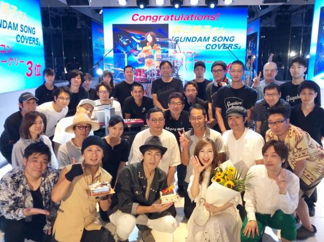 音楽番組『Anison Days』(BS11)のレギュラーメンバー&スタッフと一緒に初登場3位を祝う森口博子(C)BS11