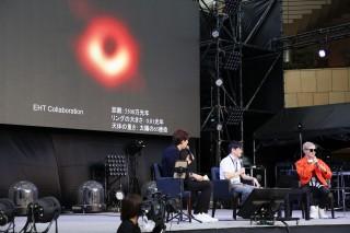 「ブラックホールと異次元空間への旅」というテーマで展開された、本間希樹氏とVERBAL、サッシャによるトークセッション