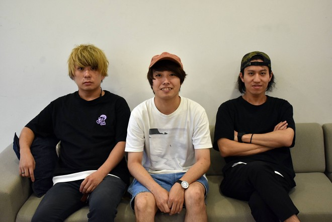 写真左から、古田秀人(Ba/Cho)、村松利彦(Vo/Gt)、吉見裕太郎(Dr/Cho)