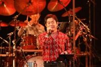 """宮沢和史、30周年コンサートで映し出された""""人に寄り添う""""音楽人生の旅 ライブハウスさながらに揺れたオーチャードホール"""