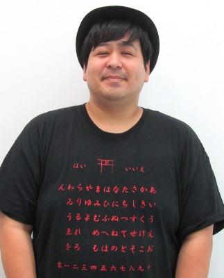"""インタビュー時に来ていたTシャツは""""こっくりさん""""モチーフだった(C)oricon ME inc."""