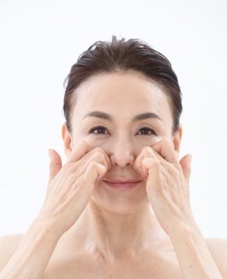 【顔トレ1 鼻わき】中指第一関節を両鼻わきにあて、外から内に向って骨をゴリゴリ