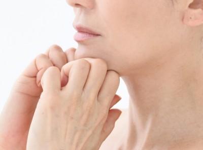 【顔トレ4 フェイスライン】あごを引き締め脱オバサン顔。人差し指と中指の間に、あごの骨をがっちり挟む
