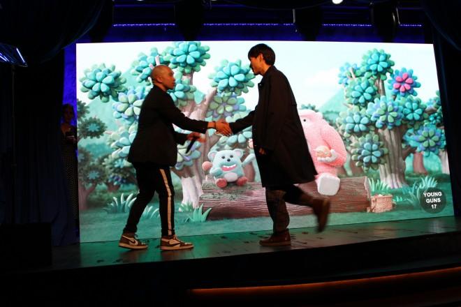 自身が手掛けた作品がニューヨークで投影される中、表彰される篠原さん。次ページではこの動画が見られます。