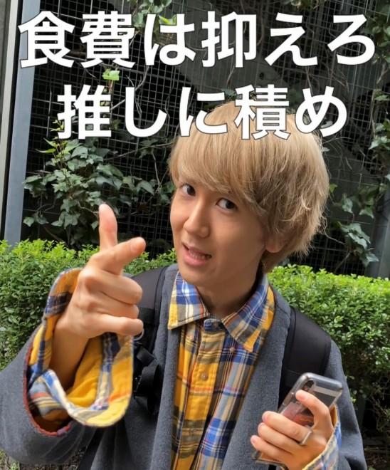 """9太郎がなりきっているのは、""""よしえ""""というアイドルオタク。写真はあるある動画「食費を抑えるオタク」のひとコマ"""