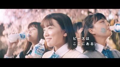 """永野芽郁が出演する「卒業」編では「卒業は""""別れ""""ではなく""""出発""""」だと演出したという"""