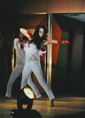 特技のダンスを披露する門松みゆき