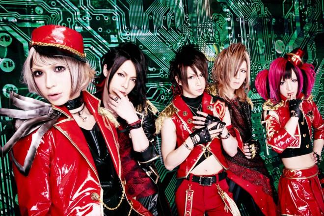 2011年、ヴィジュアル系バンド・ν [NEU]の一員としてデビュー