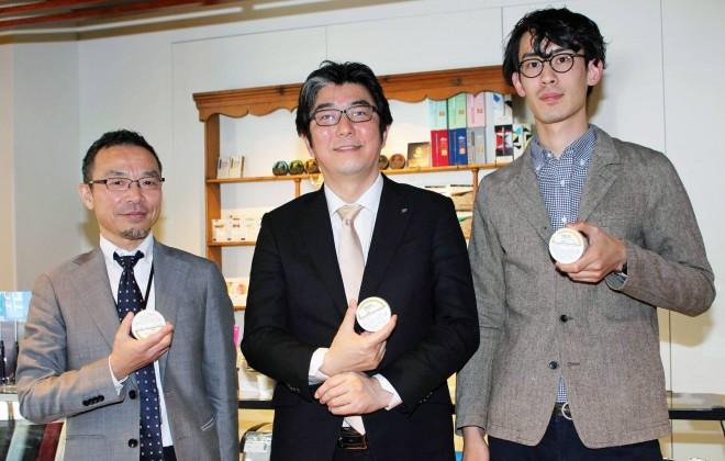 (写真左から)JTの古越雅之さん、荒木隆史さん、黒髪祥さん