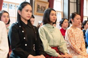 (写真左)夏目千鶴子(小南満佑子)(C)NHK