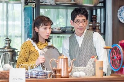 喫茶バンブーの恵(仲里依紗)と保(野間口徹)(C)NHK