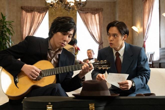 コロンブスレコードの専属作曲家として仕事を始めた裕一(窪田正孝)と木枯正人(野田洋次郎)(C)NHK