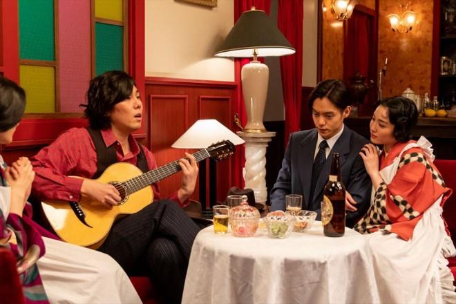 木枯(野田洋次郎)に誘われ、夜のカフェーにやってきた裕一(窪田正孝)(C)NHK
