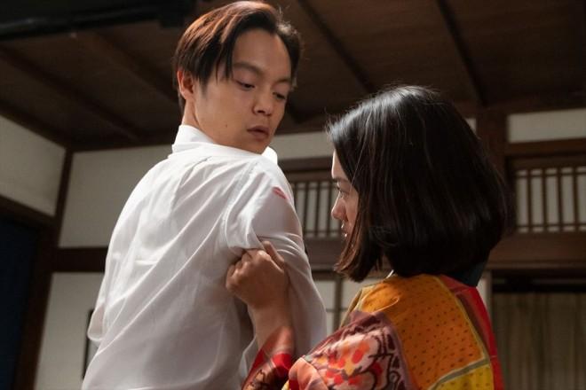 服に付いていた口紅から、カフェーに行ったことが音(二階堂ふみ)にバレて、大げんかに(C)NHK