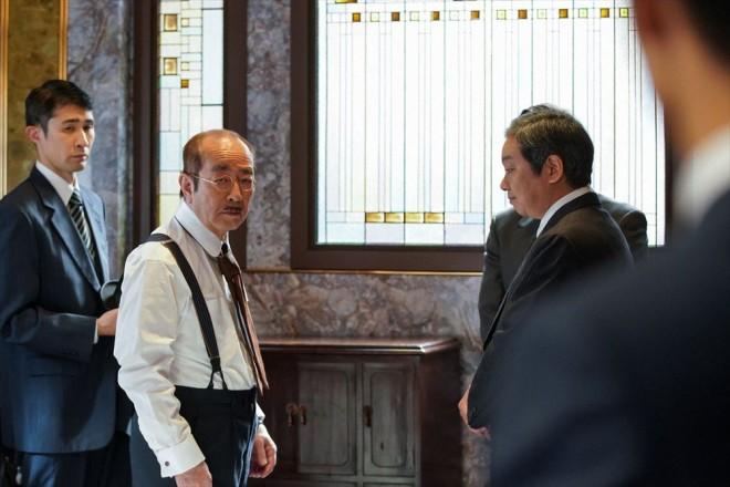 サロンで偶然見かけた小山田(志村けん)に意を決して話しかける裕一(窪田正孝)(C)NHK